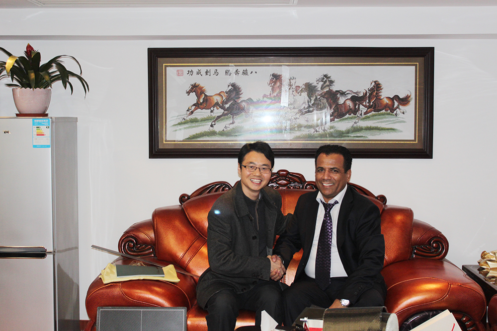 上海悍马总经理与海外客户合影