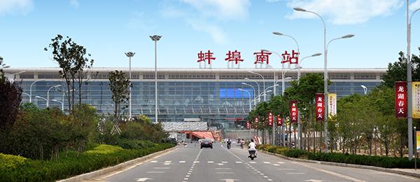 """中国是桥的故乡,自古就有桥的""""国度""""之称。在中国,四通八达的桥梁编织成了一个巨大的交通网,连接着四方人士。有很多名闻天下的桥梁,它们不仅以一隅风景而闻名,更重要的还是桥梁结构的稳定性,安全性值得信赖。请随悍马小编一起来看一看我国都有哪些名桥? 赵州桥  它是隋朝的石匠李春设计和参加建造的,到现在已经有一千四百多年了。赵州桥非常雄伟。桥长五十多米,有九米多宽,中间行车马,两旁走人。这么长的桥,全部用石头砌成,下面没有桥礅,只有一个拱形的大桥洞,横跨在三十七米多宽的河面上。大桥洞顶上的"""