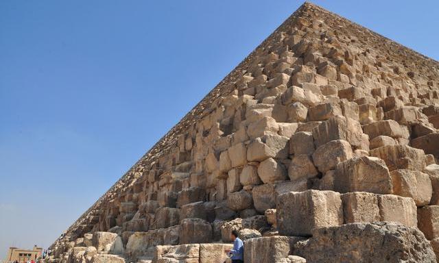 """那么,金字塔诞生是作为石室坟墓的""""进化""""版?作为埃及早王朝时期的统治者墓地的纪念碑,一些研究人员认为,金字塔是为了达到一种""""高度""""而建造的,但金字塔和石室坟墓一个类似的目的,是为了维持国王永恒的。 在公元前2700年左右开始的第三个王朝,古埃及人开始将石室坟墓转变成金字塔时,最初这些结构是错开的,在塞加拉的第一个金字塔--左塞尔阶梯金字塔,像是一个通往天上的梯子,非常类似于在美洲的古代文明中发现的那些。 一些研究人员对于金字塔被用作坟墓相当的怀疑,因为没有发"""
