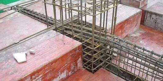裂缝修补可以是最后一步,也可以是第一步,因为,我们必须考虑它是否还有结构加固的必要,还是裂缝修补补强就直接达到使用效果。经检测需要结构加固,就必须结合裂缝修补技术和加固方法一起配合使用。裂缝加固常用的方法是粘贴碳纤维布(板)和粘钢加固,两种方法都有自己的优势,优势更明显的话还是贴悍马碳纤维布(板)。